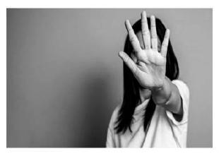 Condena por el delito de violación de secreto y maltrato
